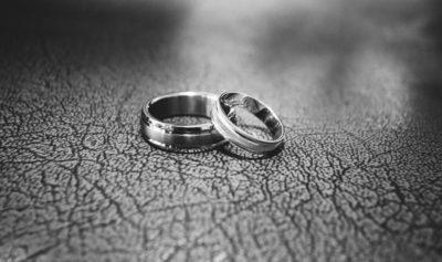 zdjęcie dwóch srebrnych obrączek